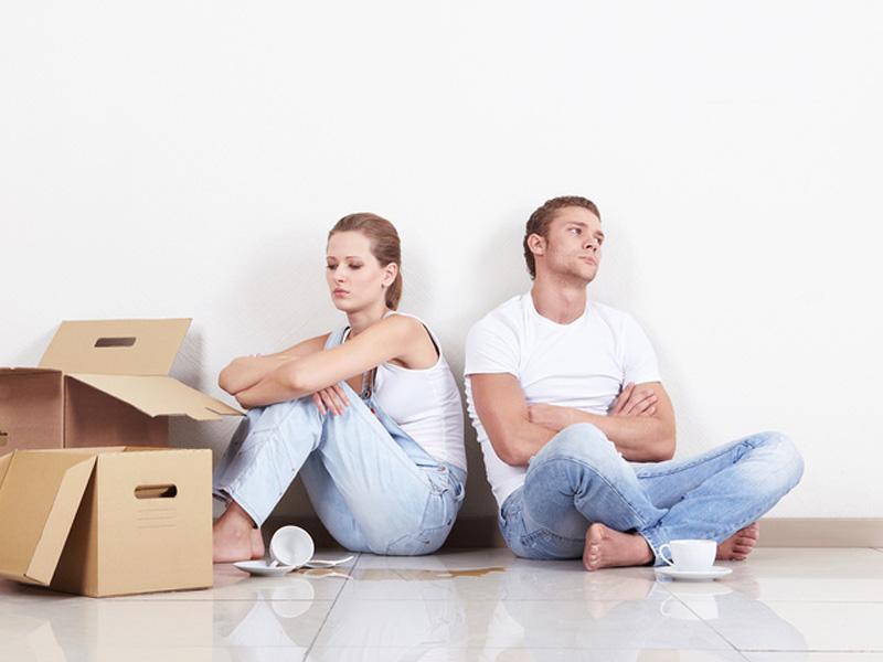 Мужчина, женщина и коробки