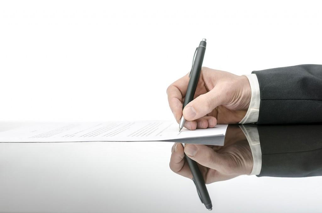 подписывает иск