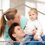 Семья с ребенком и дом