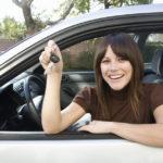 Девушка в машине с ключами