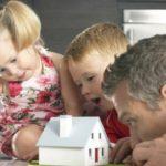 Дети с отцом рассматривают домаи