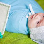 Новорожденный со свидетельством о рождении