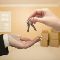 Как переоформить право владения квартирой на другого человека