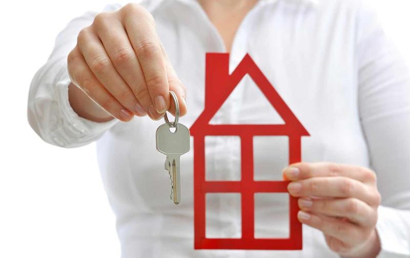 домик и ключи в руках